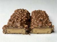 ESN Tasty Bar Chocolate Peanut Butter and Caramel zerteilt